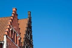 反对蓝天的山墙屋顶 免版税库存图片