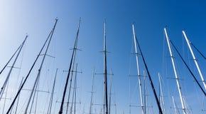 反对蓝天的帆柱,船帆柱,小游艇船坞在欧洲城市, 库存图片