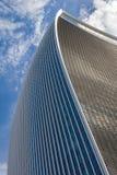 反对蓝天的弯曲的摩天大楼 图库摄影