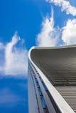 反对蓝天的弯曲的摩天大楼 免版税库存图片