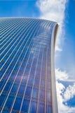 反对蓝天的弯曲的摩天大楼 库存图片
