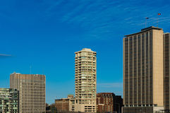 反对蓝天的摩天大楼在背景 免版税库存图片