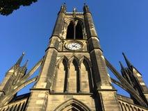 反对蓝天的新堡大教堂 免版税库存照片