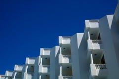 反对蓝天的旅馆白色阳台视图 库存照片