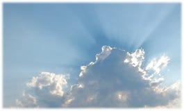 反对蓝天的松的白色云彩 免版税图库摄影