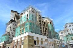 反对蓝天的楼房建筑站点 免版税库存照片