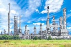 反对蓝天的炼油厂植物 免版税库存照片