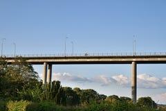 反对蓝天的现代桥梁 图库摄影