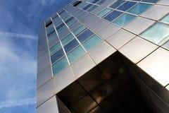 反对蓝天的现代金属建筑学 免版税图库摄影