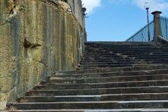 反对蓝天的用旧了的砂岩台阶 免版税库存图片