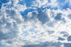 反对蓝天的白色云彩,蓝天有云彩背景 免版税库存照片