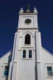 反对蓝天的白色教会尖顶 图库摄影