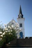 反对蓝天的白色教堂 库存照片