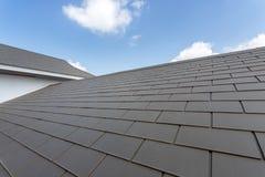 反对蓝天的石板屋顶, hous建筑灰色的瓦屋顶  库存图片