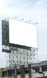 反对蓝天的空白的广告牌,投入了您自己的文本这里 免版税图库摄影