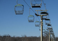 反对蓝天的空的skylift 库存照片