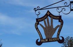 反对蓝天的算命先生标志在Solvang,加利福尼亚 库存图片