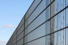 反对蓝天的篱芭 免版税库存图片