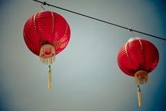 反对蓝天的红色中文报纸灯笼 免版税库存图片