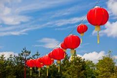 反对蓝天的红色中文报纸灯笼 图库摄影