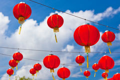 反对蓝天的红色中文报纸灯笼 库存照片