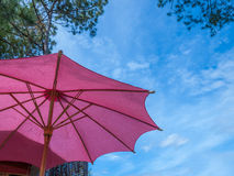 反对蓝天的红色伞 免版税图库摄影