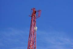 反对蓝天的红色工业建筑用起重机 免版税库存照片