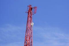 反对蓝天的红色工业建筑用起重机 库存照片