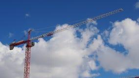 反对蓝天的红色金属建筑塔吊 免版税库存照片