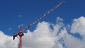 反对蓝天的红色金属建筑塔吊 库存图片