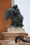反对蓝天的纪念雕象在马罗斯蒂卡,意大利 免版税库存照片