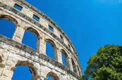 反对蓝天的罗马圆形剧场 普拉, Istria,克罗地亚,欧洲 库存照片