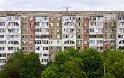 反对蓝天的老盘区公寓 库存照片