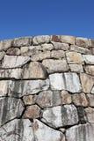 反对蓝天的老石墙 免版税库存图片