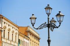 反对蓝天的老街灯 免版税图库摄影