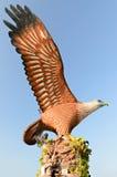 反对蓝天的老鹰雕象 免版税库存图片