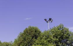 反对蓝天的聚光灯 免版税库存图片