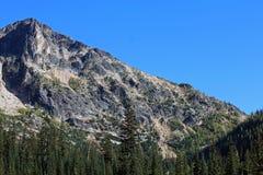 反对蓝天的花岗岩山 免版税库存图片