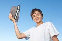 反对蓝天的英俊的十几岁的男孩常设外部 免版税库存图片