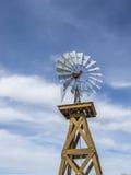 反对蓝天的葡萄酒风车 免版税库存图片