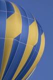 反对蓝天的蓝色气球 图库摄影