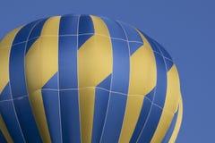 反对蓝天的蓝色气球 库存照片