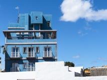 反对蓝天的蓝色葡萄酒旅馆 库存图片