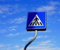 反对蓝天的行人穿越道标志与云彩 库存照片
