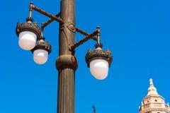 反对蓝天的街灯在锡切斯,巴塞罗那, Catalunya,西班牙 复制文本的空间 查出在蓝色背景 库存照片