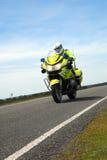 反对蓝天的警察摩托车 图库摄影