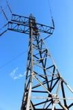 反对蓝天的输电线高压 库存照片