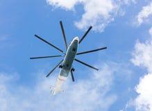反对蓝天的重的货运直升机飞行 图库摄影