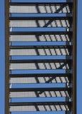 反对蓝天的金属楼梯 免版税库存照片