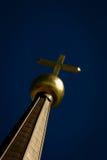 反对蓝天的金黄十字架 免版税库存照片